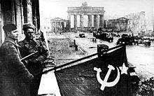 Bundesarchiv Bild 183-R77767, Berlin, Rotarmisten Unter den Linden.jpg