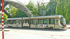 Tram 2000 en 2011On remarque aisément les bogies BAS-2000 dissymétriques des caisses d'extrémité