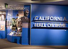 Photographie de la partie du California Hall of Fame réservée à Clint Eastwood, on y voit des photographies le représentant ou des objets caractéristiques de ces derniers