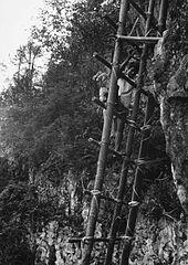 COLLECTIE TROPENMUSEUM De tau-tau van een vorst wordt uit het graf gehaald om opnieuw te worden aangekleed op de begraafplaats der vorsten van Sangalla' TMnr 20000480.jpg