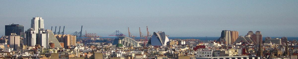 Panorama urbano de Valencia. En la izquierda de la imagen aparecen la Torre de Francia y el CC. Aqua, en el centro la ciudad de las Artes y las Ciencias, y al fondo el Puerto de Valencia y el mar Mediterráneo.
