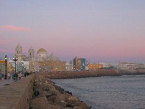 Cadix: le centre historique et la cathédrale vus depuis la plage