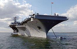Le navire, remorqué vers le port.