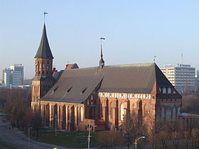 La cathédrale de Königsberg entourée par la nouvelle Kaliningrad