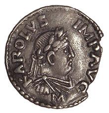 """Een munt van Karel de Grote met het opschrift KAROLVS IMP AVG (""""Carolus Imperator Augustus"""")."""