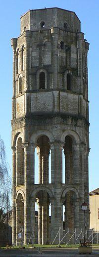 Charroux-La tour Charlemagne.jpg