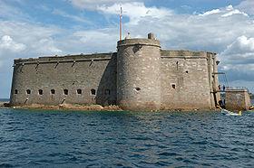 Vue du château du Taureau depuis la mer.