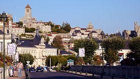 Centre de Chauvigny depuis le pont sur la Vienne.En arrière-plan, la cité médiévale (de g. à d. le donjon de Gouzon, la collégiale Saint-Pierre, le château d'Harcourt et le château baronnial).