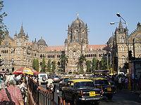 La estación Chhatrapati Shivaji, en Bombay, es un claro ejemplo de la mezcla entre la arquitectura europea e india. Fue declarada patrimonio de la humanidad en 2004.[149]