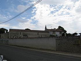 Le cimetière de Priaires, et l'église en fond