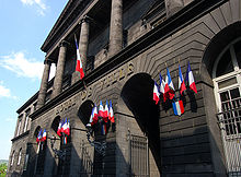 Une partie de la façade de l'hôtel de ville de Clermont-Ferrand