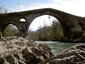 Le «pont romain», avec la Croix de la Victoire de Covadonga, suspendue au milieu.