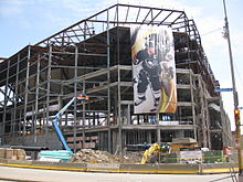 Photo de la structure du Consol Energy Center pendant sa construction; une affiche géante représentant Sidney Crosby y est accrochée.