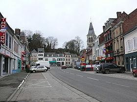 La place du bourg s'étire en longueur de l'Est (ancien emplacement des Halles) jusqu'au pied de la motte féodale, au fond, vers l'Ouest