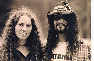 Photographie d'une femme et d'un homme hippies