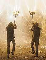 Dos bailarines de Ball de diables llevando fuegos artificiales.