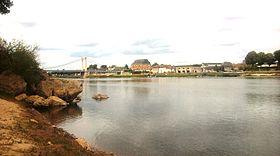 La ville et son pont suspendu vus du Cher.
