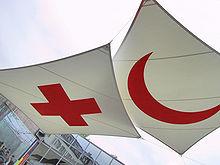 Les emblèmes de la croix rouge et du croissant rouge, les symboles desquels le nom du mouvement est issu.