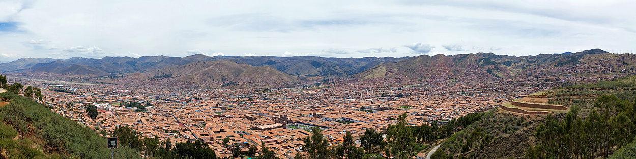 Una vista panorámica desde la parte sur de la ciudad del Cuzco, Perú. Esta fotografía fue tomada cerca de Cristo Blanco. Se puede apreciar en el extremo derecho la fortaleza de Sacsayhuamán, y casi al centro de la toma, a la Plaza de Armas. Cuzco fue la capital imperial de los incas.