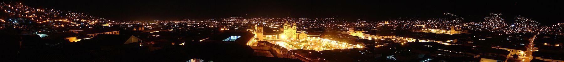 Una vista panorámica de noche de la ciudad del Cuzco, Perú.