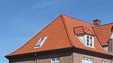 Toiture avec une trappe vitrée dans le toit