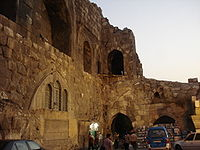أحد جوانب قلعة دمشق في دمشق القديمة ويبدو مسجد صغير في داخل بناء القلعة