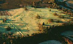 Den arkeologiske lämningen av fortet Inchtuthill med kant och upphöjt läge, floden Tay flyter (utanför bild) på tre sidor. .jpg