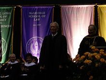 Clint Eastwood portant le costume de docteur de l'Université du Pacifique, en train de recevoir son prix