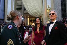 Photographie de Clint Eastwood et de Dina Ruiz, devant le Kodak Theater, regardant en l'air