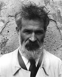Constantin Brâncuși photographié par Edward Steichen dans son atelier de Voulangis, en 1922.