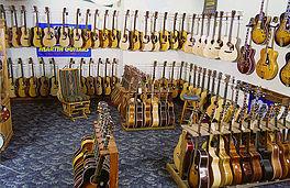 Showroom met gitaren