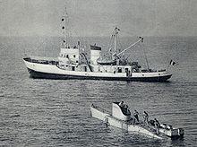 Photographie noir et blanc de l'aviso Elie-Monnier, avec le FNRS3 au premier plan