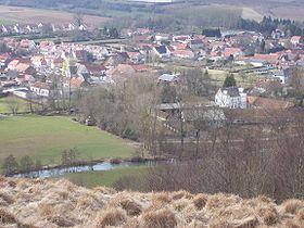 Vue sur Elnes (bourg avec l'église, le château) depuis les coteaux, mars 2010.