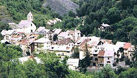 Vue du village d'Entraunes entre Var et Bourdoux