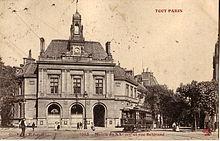 Carte postale ancienne montrant un tramway de l'Est Parisien devant la mairie du 20e arrondissement