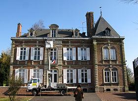 La mairie, caractérisée par l'élégance de l'encadrement de sa porte et de ses fenêtres.