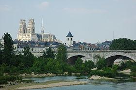 La cathédrale Sainte-Croix vue depuis la Loire.