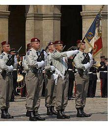 Garde de l'étendard du 1er Régiment de Hussards Parachutistes.jpg