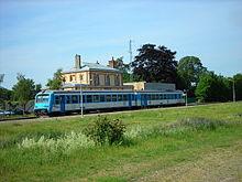 La photographie couleur montre un élément automoteur diesel de couleur bleu en gare.