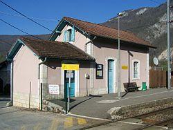 Ancien bâtiment voyageurs et entrée de la halte.
