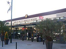 Le bâtiment voyageurs et l'entrée de la gare.
