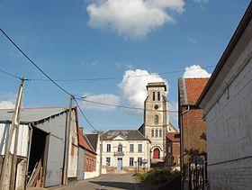 L'église vue depuis la rue de Fosseux.