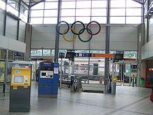 Le hall de la gare avec les anneaux olympiques