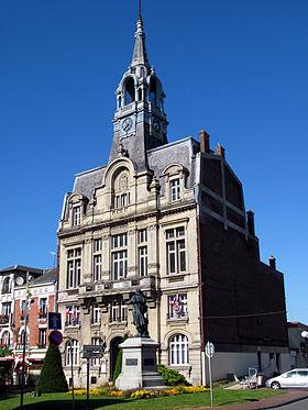 Hôtel de ville d'Ham avec statue du Général Foy