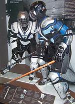 Photo de deux manequins portant des équipement de hockey.