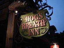 Photographie du panneau qui surplombe l'entrée du bar que détient Eastwood, le Hog's Breath Inn
