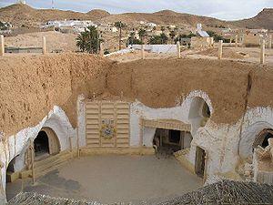 El Hotel Sidi Driss, en Matmata (Túnez), representó la granja de Owen y Beru Lars y su sobrino Luke.