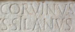 Détail d'une stèle funéraire avec deux i longs