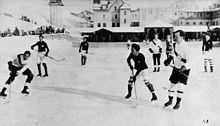 Photo noir et blanc d'un match de hockey en extérieur.