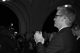 Photo noir et blanc du profil de Jean-Martin Aussant alors qu'il applaudi.